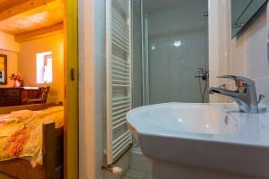 villa bathroom viewb to the room